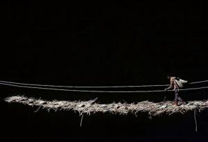 Une passerelle de cable tendus et de branchages permet de rejoindre le monastere de Phuktal, a 4000 metres. (Vallee du Zanskar, Inde du nord),
